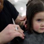 Τρίχρονο κοριτσάκι έκοψε και δώρισε τα μαλλιά της σε καρκινοπαθή παιδιά