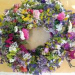 Φτιάχνουμε μαγιάτικο στεφάνι με λουλούδια κάθε λογής και χρώματος