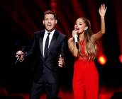 Ο Michael Buble και η Ariana Grande τραγουδούν «Santa Claus Is Coming To Town»