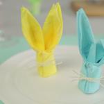 Πώς να διπλώσετε τις χαρτοπετσέτες σαν κουνελάκια για το τραπέζι του Πάσχα